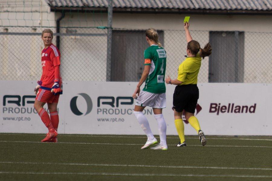 Vålerengas keeper Guro Pettersen fikk gult kort etter en takling omtrent på 16-meterstreken. Foto: Grydis.no