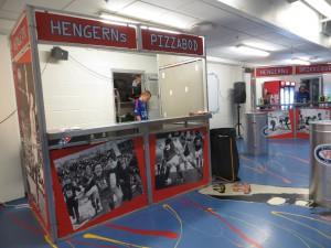 Pizzaen kom fra Domino's som leverer fersk pizza flere ganger i løpet av kampen. Foto: FrankO/Aperopet.no