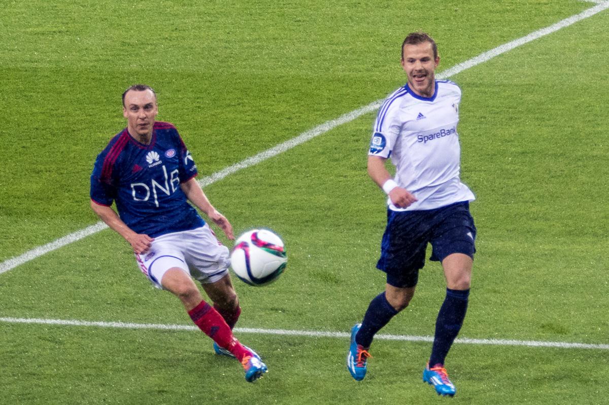 Nicolay Næss og Stabæk gikk seirende ut av toppkampen mot Alex Mathiesen og Vålerenga. Foto: Grydis.no