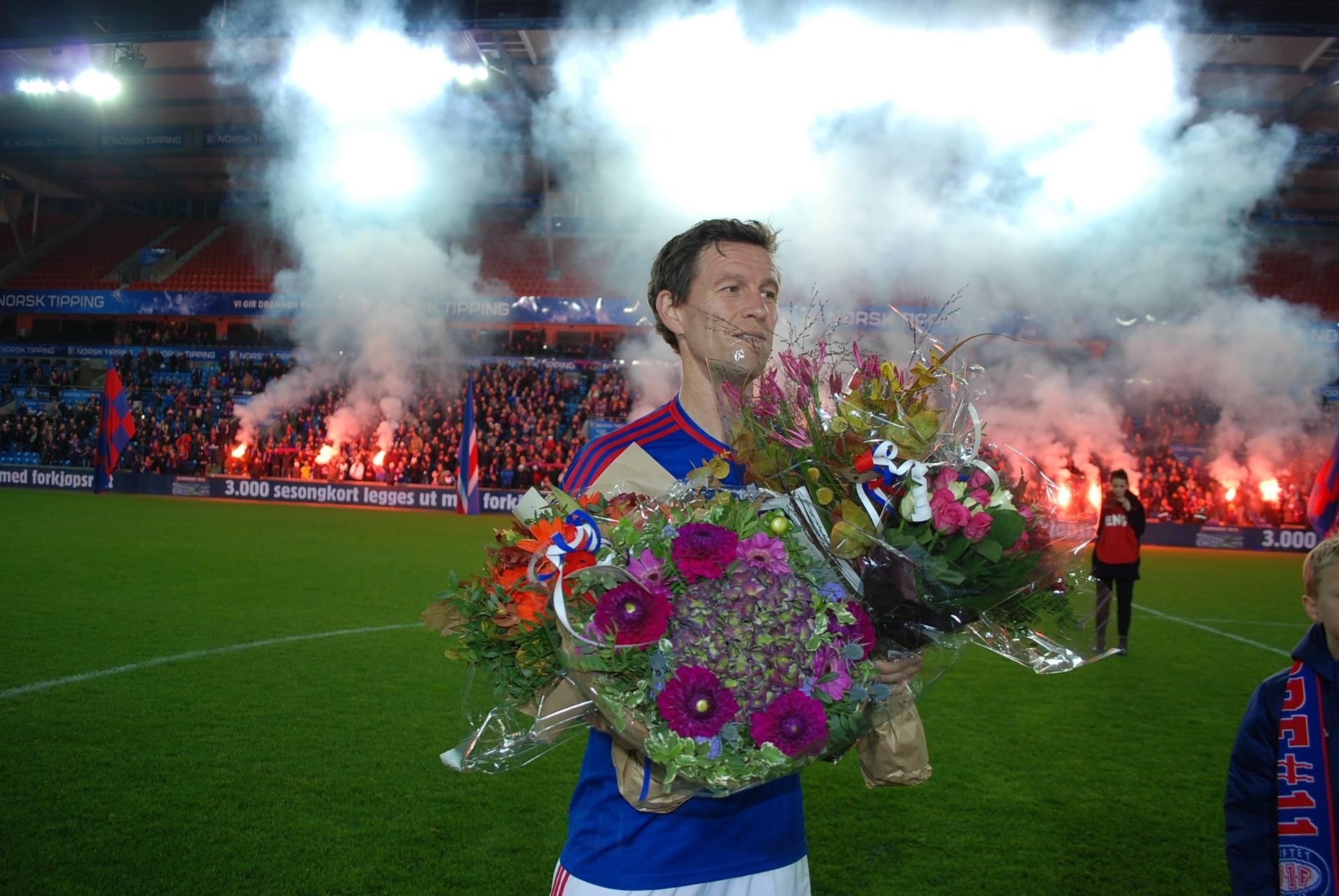 Morten Berre ble hyllet etter sin siste hjemmekamp som Vålerenga-spiller etter kampen mot Odd. Foto: Jarle Teigøy.