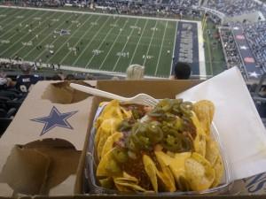 Noe annet enn en kald pølse i lumpe. På Cowboys Stadium i Arlington, Texas. Foto: FrankO