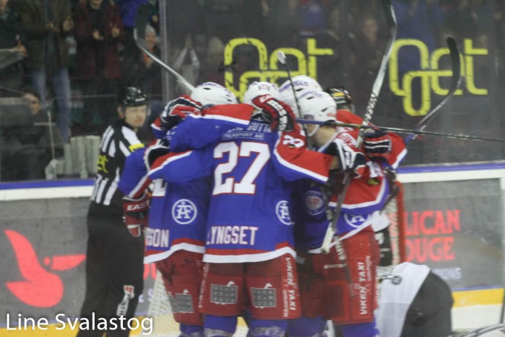 Gutta feirer scoring i romjulskampen. Foto: Line Svalastog