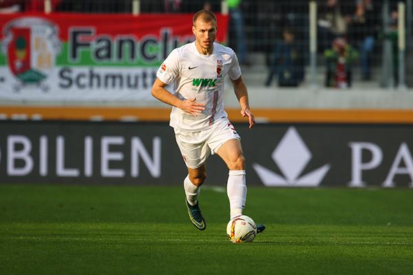 Ragnar Klavan i aksjon for FC Augsburg. Foto: www.fcaugsburg.de/