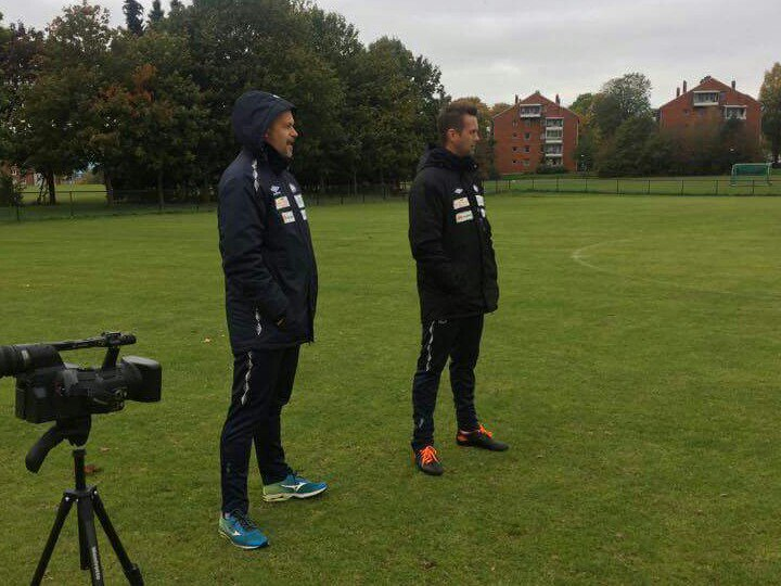 Ronny Deila ledet mandag 10. oktober 2016 sin første Vålerenga-trening på feltet. Foto: Vålerenga Fotball.